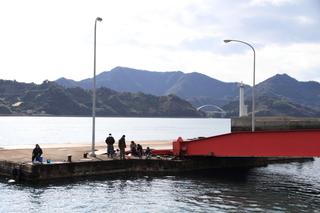 明石港で釣りをする人.JPG